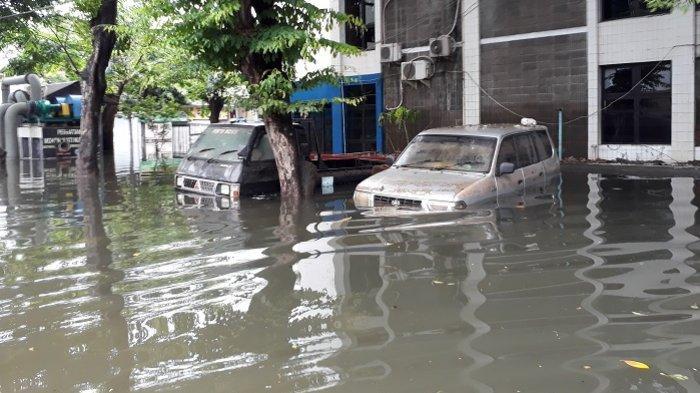 Puluhan mobil milik warga di perumahan elite Greenville, Tanjung Duren, Jakarta Barat, terdampak banjir.