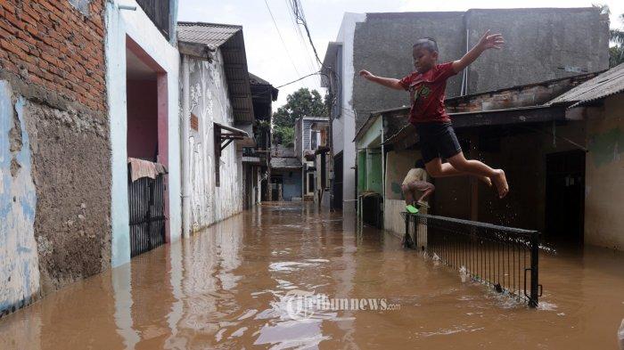 Sempat Dikunjungi Gubernur Anies, Kini Warga Cipinang Melayu Terendam Banjir Hingga 2 Meter