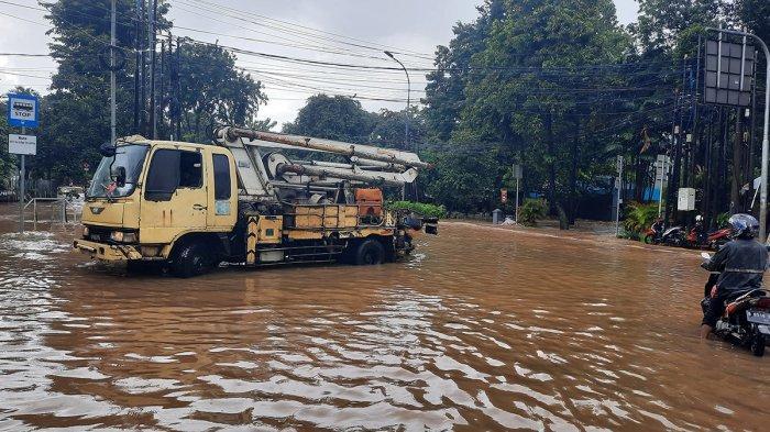 Banjir Belum Surut, Jalan Raya Pejaten Barat Ditutup Sementara