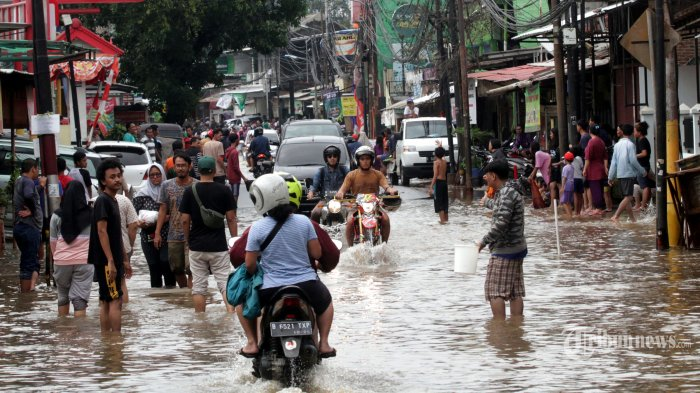 Sejumlah kendaraan melintas di Jalan Komodor Halim Perdana Kusuma, Kampung Makasar, Jakarta Timur, yang tergenang banjir, Rabu (1/1/2020). Tingginya curah hujan membuat sejumlah wilayah di Jakarta dan sekitarnya mengalami kebanjiran. Warta Kota/Henry Lopulalan