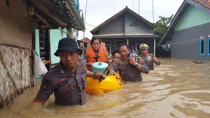 BUMN Pangan Bantu Beras untuk Korban Banjir di Subang
