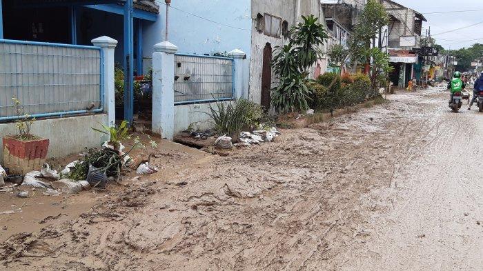 Banjir di Perumahan Pondok Gede Permai Surut, Warga Mulai Bersihkan Rumah dari Lumpur