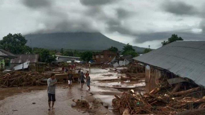 banjir yang memporakporandakan rumah warga di Waiwerang, Kecamatan Adonara Timur