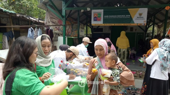 Bank Makanan Baznas Bantu Makanan Pemulung.