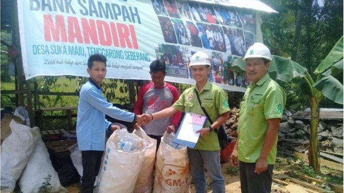 Warga Kutai Olah Sampah Limbah Plastik Jadi Paving Block