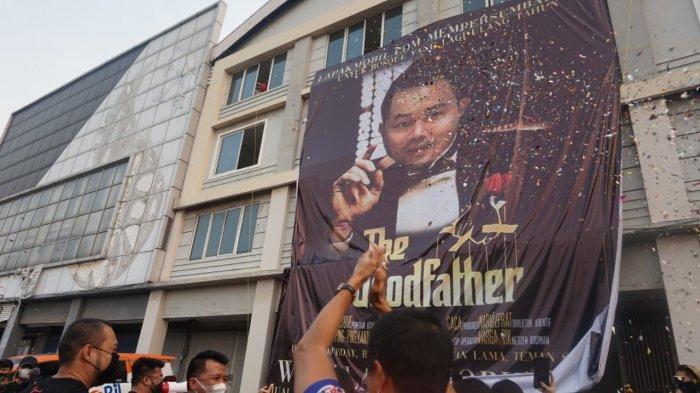 Banner Raksasa Setinggi 12 Meter Bikin Heboh Warga di PIK