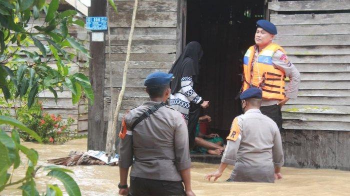 Brimob Polda Kalimantan Selatan (Kalsel) mengirimkan sejumlah personel ke lokasi banjir di Kabupaten Banjar dan Hulu Sungai Tengah (HST).