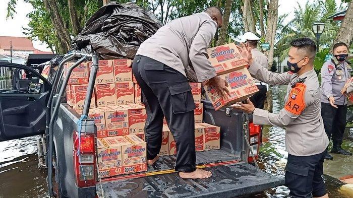Polda Kalsel Distribusikan Bantuan Sembako dan Masker dari Polda Kalteng untuk Korban Banjir