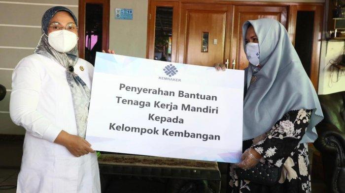 Kemnaker Serahkan Bantuan TKM kepada PKL di Jakarta