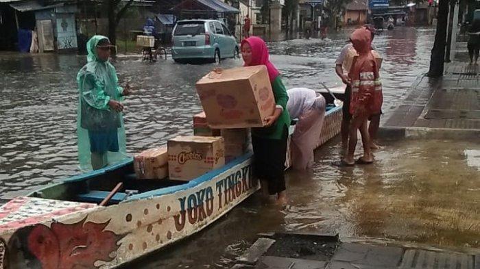 Cerita Ibu-ibu Jadi Relawan Bantu Warga Kebanjiran di Pekalongan