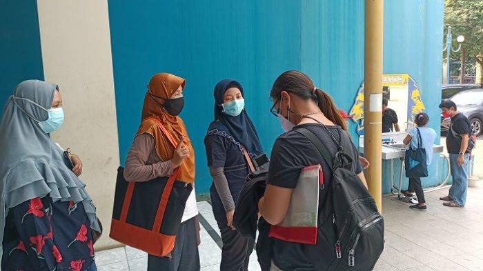 Berburu Vaksin Pfizer, Warga DKI Jakarta Rela Antre Sejak Pagi di Sentra Vaksinasi Kelapa Gading