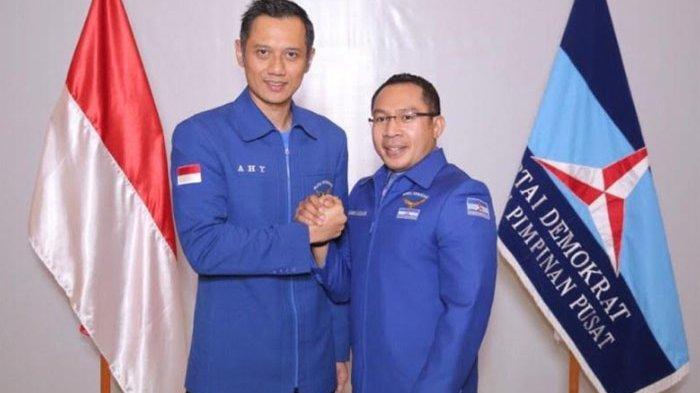 Ketua Umum Partai Demokrat Agus Harimurto Yudhoyono (AHY) bersama Sekretaris Bapilu Partai Demokrat Kamhar Lakumani (kanan).