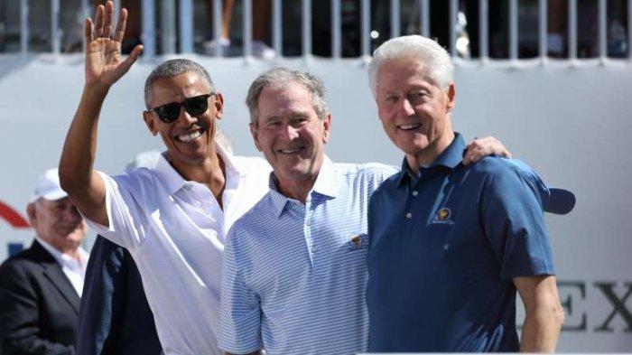 Mantan Presiden AS, dari kiri, Barack Obama, George W. Bush dan Bill Clinton tersenyum selama pertandingan foursomes putaran pertama turnamen golf The President's Cup di Lapangan Golf Nasional Liberty, 28 September 2017, di Jersey City, N.J.