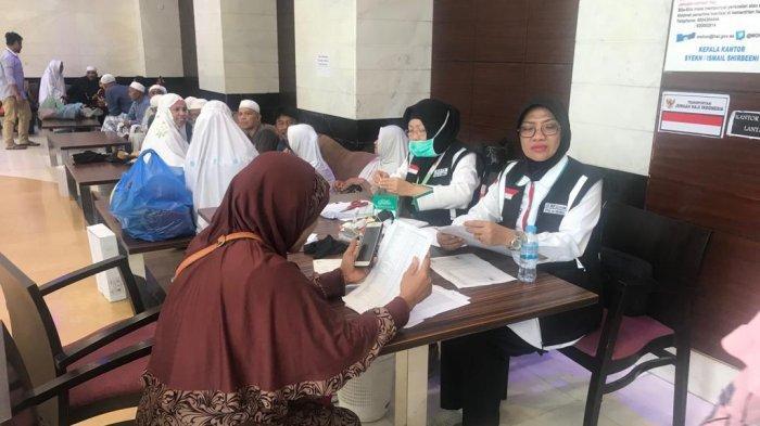 Proses penimbangan barang bawaan jemaah haji di sektor 6 kawasan Raudoh, Kamis (15/8/2019). Barang-barang jemaah haji mulai ditimbang jelang pemulangan gelombang pertama yang aka dimulai 17 Agustus 2019.