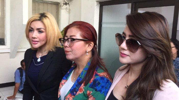 (kiri ke kanan) Barbie Kumalasari, Tuty Suratinah ibunda Kriss Hatta, dan Rachel kekasih dari Kriss Hatta saat bersama-sama hadir di Pengadilan Negeri Jakarta Selatan, Selasa (5/11/2019).