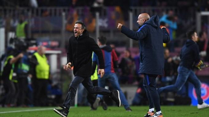 Pelatih Barcelona, Luis Enrique berlari ke tengah lapangan menyambut kemenangan atas Paris Saint Germain.