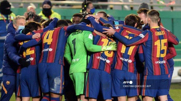 Para pemain Barcelona merayakan kemenangan mereka setelah adu penalti dalam pertandingan sepak bola semi final Piala Super Spanyol antara Real Sociedad melawan FC Barcelona di stadion Nuevo Arcangel di Cordoba pada 13 Januari 2021. CRISTINA QUICLER / AFP