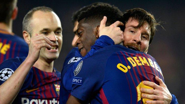 Megabintang Barcelona, Lionel Messi (kanan) memeluk rekannya, Ousmane Dembele usai Dembele mencetak gol ke gawang Chelsea pada laga leg kedua babak 16 besar Liga Champions 2017-2018 di Stadion Camp Nou, Barcelona, Spanyol, Kamis (15/3/2018) dini hari WIB.