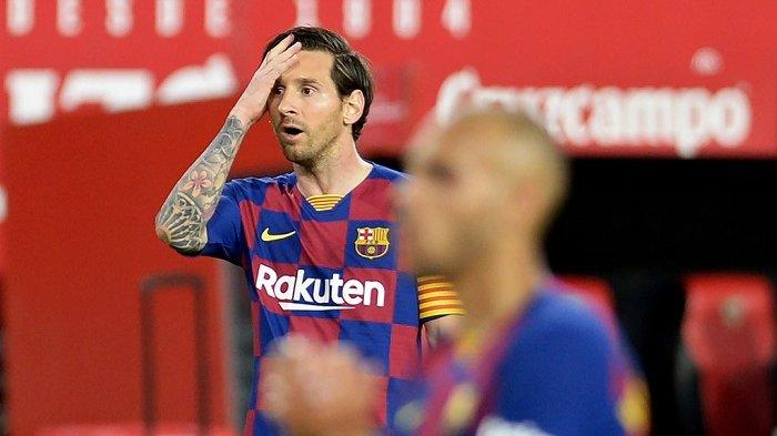 Pemain depan Barcelona Argentina Lionel Messi bereaksi setelah kehilangan peluang gol selama pertandingan sepak bola liga Spanyol antara Sevilla FC dan FC Barcelona di stadion Ramon Sanchez Pizjuan di Seville pada 19 Juni 2020. CRISTINA QUICLER / AFP