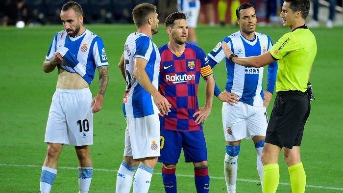 Pemain depan Barcelona asal Argentina Lionel Messi (tengah) melihat wasit Spanyol Munuera Montero selama pertandingan sepak bola Liga Spanyol antara Barcelona dan Espanyol di stadion Camp Nou di Barcelona pada 8 Juli 2020. LLUIS GENE / AFP