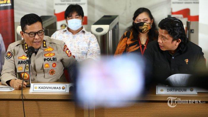 Kadivhumas Polri, Irjen Pol Argo Yuwono (kiri) bersama Dirtipidum Bareskrim Polri, Brigjen Pol Ferdy Sambo (kanan) memberikan keterangan terkait kebakaran Gedung Kejaksaan Agung di Bareskrim Polri, Jakarta Selatan, Jumat (23/10/2020). Bareskrim Polri menetapkan delapan tersangka terkait kebakaran Gedung Kejaksaan Agung yang terdiri dari satu pegawai Kejaksaan Agung, seorang direktur perusahaan swasta, seorang mandor bangunan, dan lima tukang bangunan yang disebabkan olek rokok yang dibakar oleh tukang bangunan. Tribunnews/Irwan Rismawan