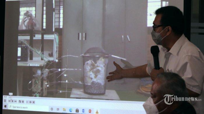 Ahli forensik kebakaran, Yulianto memberikan keterangan saat jumpa pers terkait penetapan tersangka terbakarnya Gedung Kejaksaan Agung di Bareskrim Polri, Kebayoran Baru, Jakarta Selatan, Jumat (23/10/2020). Setelah beberapa kali melakukan olah TKP serta analisa sejumlah tenaga ahli, penyidik menyimpulkan penyebab awal kebakaran di lantai 6 karena kelalaian, yakni para pekerja yang sedang melaksanakan renovasi merokok di tempat yang banyak terdapat bahan-bahan yang mudah terbakar. Polisi menetapkan delapan orang sebagai tersangka. Warta Kota/Henry Lopulalan