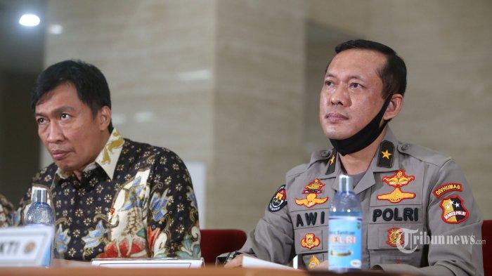 Direktur Tindak Pidana Siber Bareskrim Polri, Brigjen Pol Slamet Uliandi (kiri) bersama Karopenmas Divhumas Polri, Brigjen Pol Awi Setiyono memberikan keterangan kepada wartawan terkait pengungkapan penyebaran berita bohong (hoax) di Bareskrim Polri, Jakarta Selatan, Jumat (3/7/2020). Direktorat Siber Bareskrim Polri menangkap dua orang tersangka penyebar hoax tentang kondisi perbankan di Indonesia. Kedua tersangka memprovokasi masyarakat untuk menarik uang dari bank dan mengaitkan keadaan saat ini dengan kondisi pada 1998. Warta Kota/Angga Bhagya Nugraha