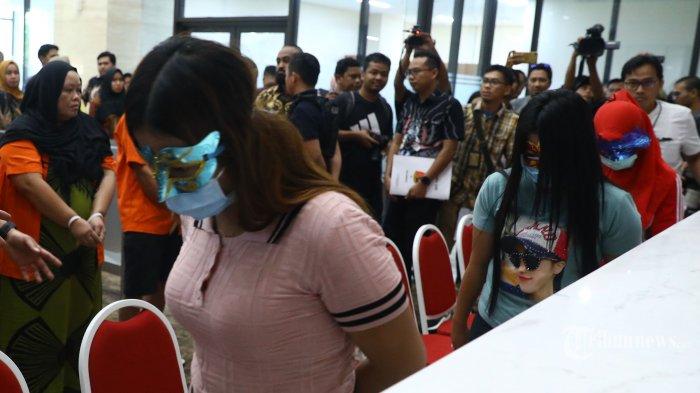 Sejumlah korban dihadirkan saat ungkap kasus Tindak Pidana Perdagangan Orang (TPPO) di Bareskrim Polri, Jakarta, Jumat (14/2/2020). Bareskrim Polri mengungkap kasus Tindak Pidana Perdagangan Orang (TPPO) dengan modus praktek wisata seks halal di wilayah Puncak, Bogor, Jawa Barat dengan mengamankan empat orang tersangka dan sejumlah barang bukti. TRIBUNNEWS/IRWAN RISMAWAN