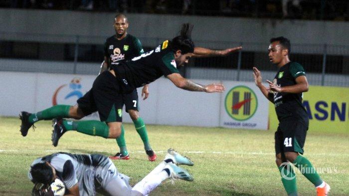 Pemain Barito Putera beduel dengan pemain Persebaya Surabaya dalam lanjutan pertandingan Liga 1 di Stadion Demang Lehman, Banjar, Sabtu (28/9/2019). Barito Putera sukses mengamankan 3 poin setelah mengalahkan Persebaya 1-0. BANJARMASIN POST/AYA SUGIANTO