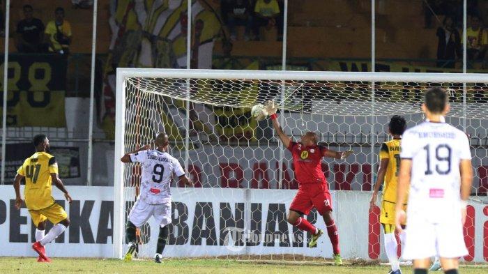 TIRA KABO MENANG- Pemain Barito Putera (kuning) berebut bola dengan pemain Tira Persikabo (putih) dalam lanjutan Shopee Liga 1 di Stadion Demang Lehman, Martapura, Jumat (9/8) malam. Dalam pertandingan tersebut Barito Putera kalah oleh tamunya Tira Kabo dengan skor (2-4). BANJARMASIN POST GROUP/ KASPUL ANWAR