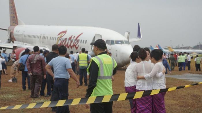 Roda Patah, Moncong Pesawat di Tanah, Penumpang Melompat Keluar ...