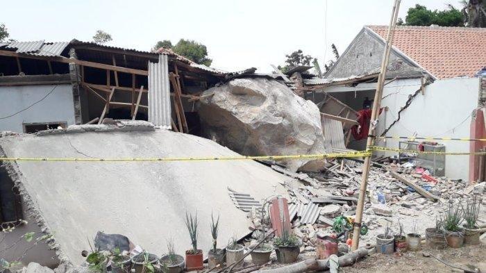 Batu-batu berukuran besar segede gajah dari perbukitan menimpa bangunan rumah dan sekolah di Purwakarta. Akibatnya, bangunan tersebut rusak parah.