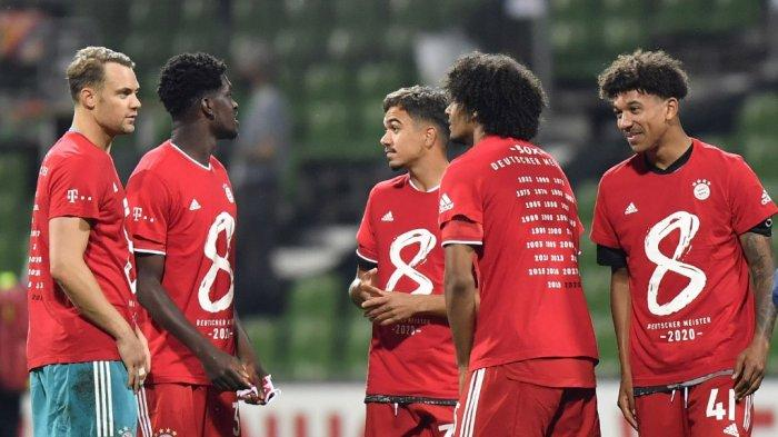 Para pemain Bayern Munich merayakan dengan mengenakan kaos mereka untuk delapan gelar berturut-turut setelah pertandingan sepak bola Bundesliga divisi satu Jerman SV Werder Bremen vs FC Bayern Munich pada 16 Juni 2020 di Bremen.