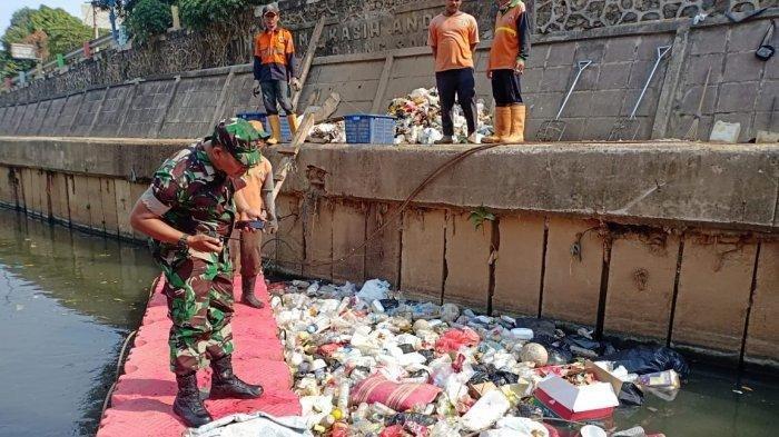 Disangka Tumpukan Sampah, Ternyata Jasad Bayi Masih Ada Ari-arinya Mengambang di Kali Ciliwung