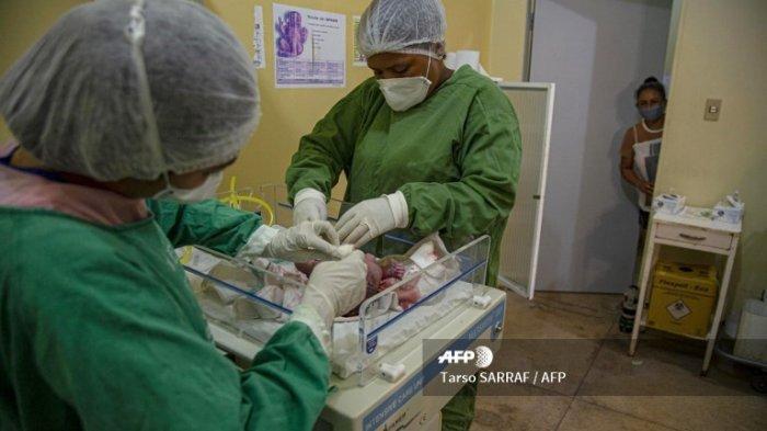 ILUSTRASI - Para profesional kesehatan merawat bayi laki-laki yang baru lahir, lahir dari seorang ibu dengan gejala COVID-19 di Rumah Sakit Kota Melgaco di kota Melgaco, barat daya Pulau Marajo, Brasil, pada 12 Juni 2020