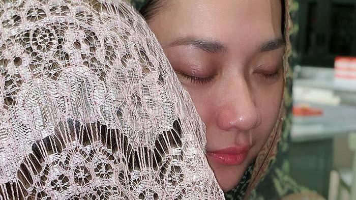 Potret terbaru BCL istri almarhum Ashraf Sinclair dibagikan penyanyi Nia Daniati di akun Instagramnya.