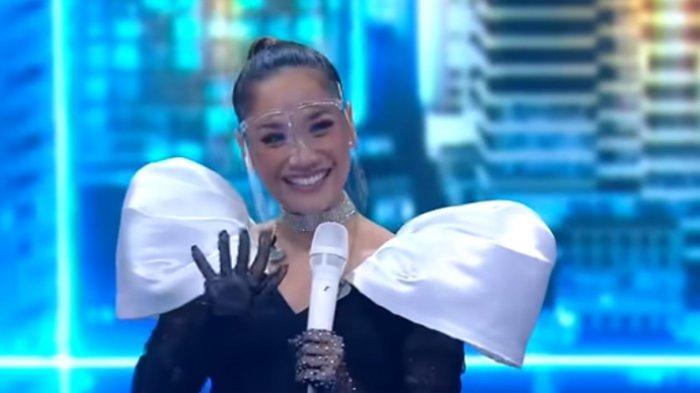 Bunga Citra Lestari ke panggung Indonesian Idol. BCl dipuji lebih ceria.