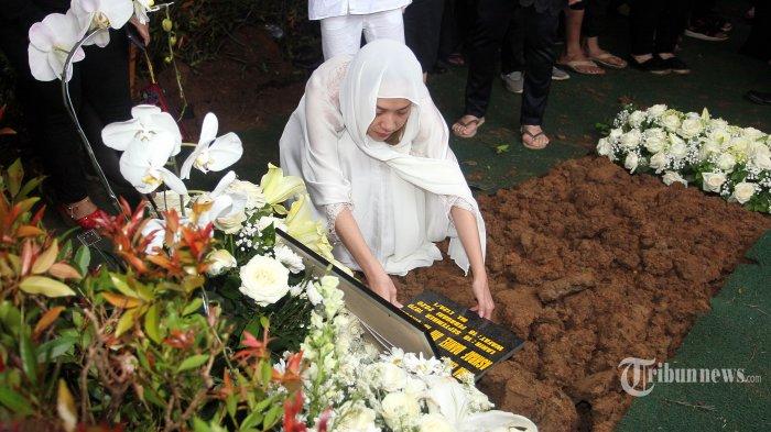Artis Bunga Citra Lestari menaruh pusara di makam almaruhm suaminya Ashraf Sinclair di pemakaman San Diego Hills, Karawang, Jabar, Selasa (18/2/2020). Ashraf Sinclair meninggal pada Selasa 18 Februari 2020 pukul 4 dini hari karena sakit. TRIBUNNEWS/DANY PERMANA