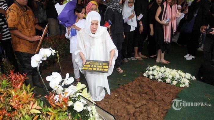 Artis Bunga Citra Lestari menaruh pusara di makam almaruhm suaminya Ashraf Sinclair di pemakaman San Diego Hills, Karawang, Jabar, Selasa (18/2/2020). Ashraf Sinclair meninggal pada Selasa 18 Februari 2020 pukul 4 dini hari karena sakit.