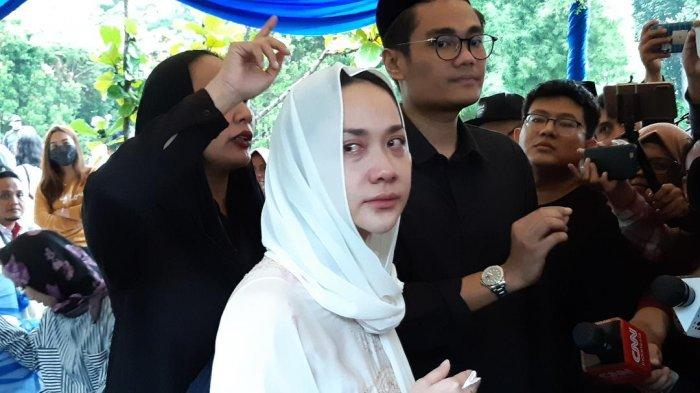 Bunga Citra Lestari usai pemakaman sang suami, Ashraf Sinclair di Komplek Pemakaman San Diego Hills, Karawang Jawa Barat, Selasa (18/2/2020).