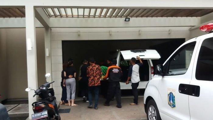 Suasana saat jenazah suami penyanyi Bunga Citra Lestari atau BCL, Ashraf saat tiba di kediaman di kawasan Pejaten Barat, Jakarta Selatan, Selasa (18/2/2020). (KOMPAS.com/BAHARUDIN AL FARISI)