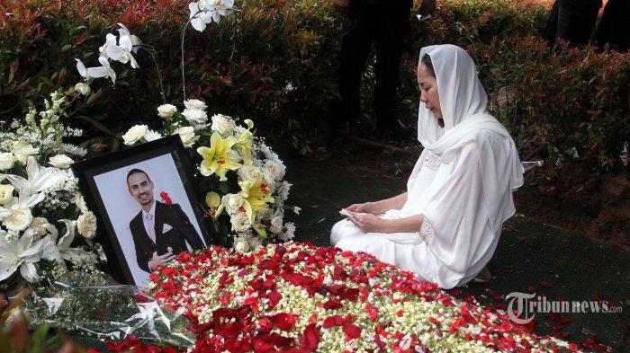 Sambil Memeluk, Aming Sebut BCL Nangis Ucap Ini di Pemakaman Ashraf Sinclair: Jagain Gue Ya Ming