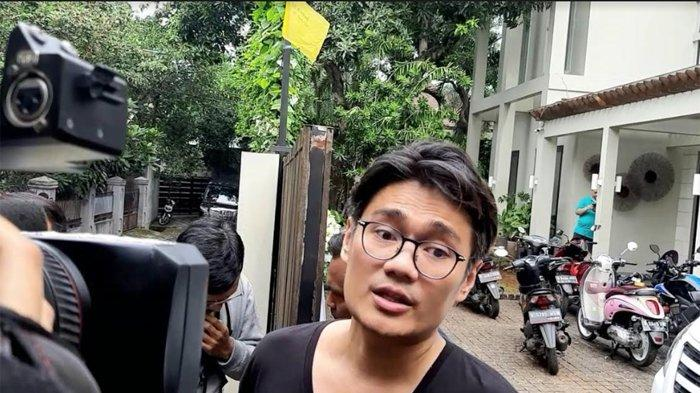 Manajer Bunga Citra Lestari, Doddy menyampaikan permohonan maafnya kepada awak media yang hanya bisa mengambil gambar dari depan rumah.