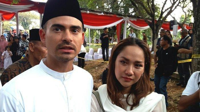 Bunga Citra Lestari datang bersama suaminya Ashraf pada prosesi pemakaman Presiden ketiga Bacharuddin Jusuf Habibie di Taman Makam Pahlawan (TMP) Kalibata, Jakarta Selatan, Kamis (12/9/2019) siang.
