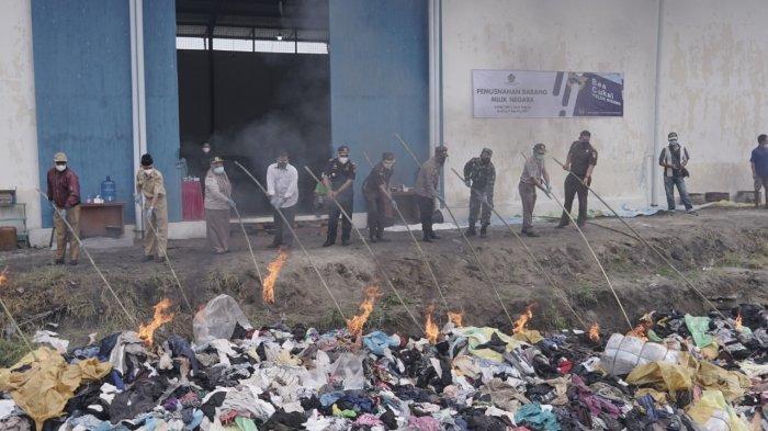 Bea Cukai Teluk Nibung Musnahkan 1.567 Paket Pakaian Bekas
