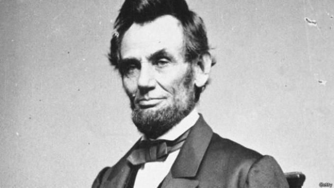 Beberapa benda terkait mendiang Presiden AS, Abraham Lincoln, telah terjual di rumah lelang.