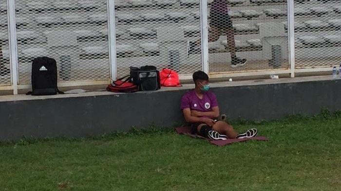 Pemain Timnas U-19 Indonesia yang menjadi pemain muda berbakat atau wonderkid Persib Bandung, Beckham Putra harus menepi di pinggir lapangan karena mengalami cedera
