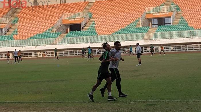 Beckham Putra Nugraha hanya berlari-lari kecil saat timnas U-19 Indonesia menggelar latihan lanjutan di Stadion Pakansari, Kabupaten Bogor, Rabu (2/10/2019).