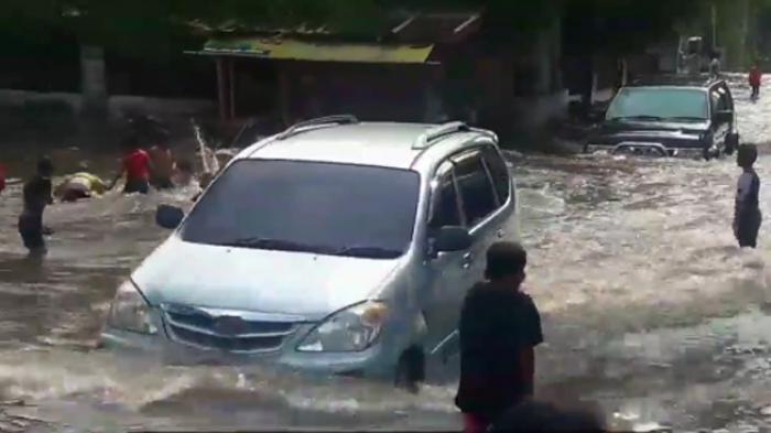 begini-mobil-tembus-banjir-di-jakarta-barat_20160919_170731.jpg