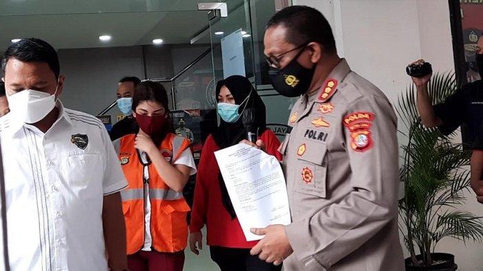 Model seksi Beiby Putri saat dihadirkan dalam rilis perkara narkoba dirinya di Ditresnarkoba Polda Metro Jaya, Kamis (11/2/2021).
